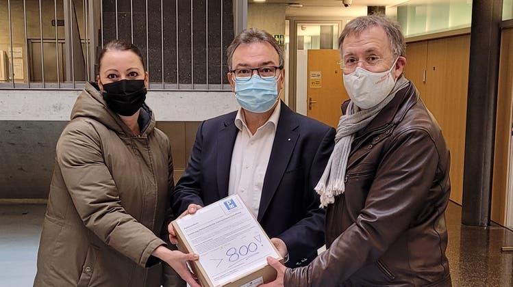 800 Unterschriften gegen Allschwil als eine grosse blaue Zone: Corinne Probst und Felix Keller übergeben Verwaltungsleiter Alex Dill (Mitte) die Unterschriftenbögen. (zvg)