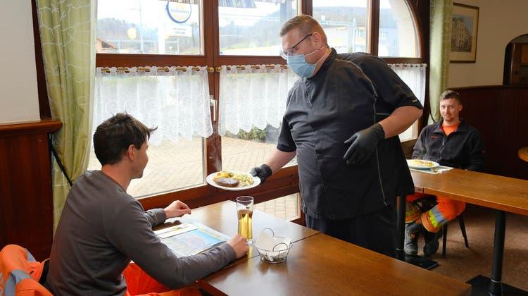 Das Restaurant Loki in Laufen ist bekannt als Arbeiterbeiz. Und doch begrüsst Markus Stebler (Mitte) kaum mehr als ein halbes Dutzend Gäste pro Mittag. Dennoch will er bei «Beizen für Büezer» weitermachen. (Bild: Kenneth Nars)