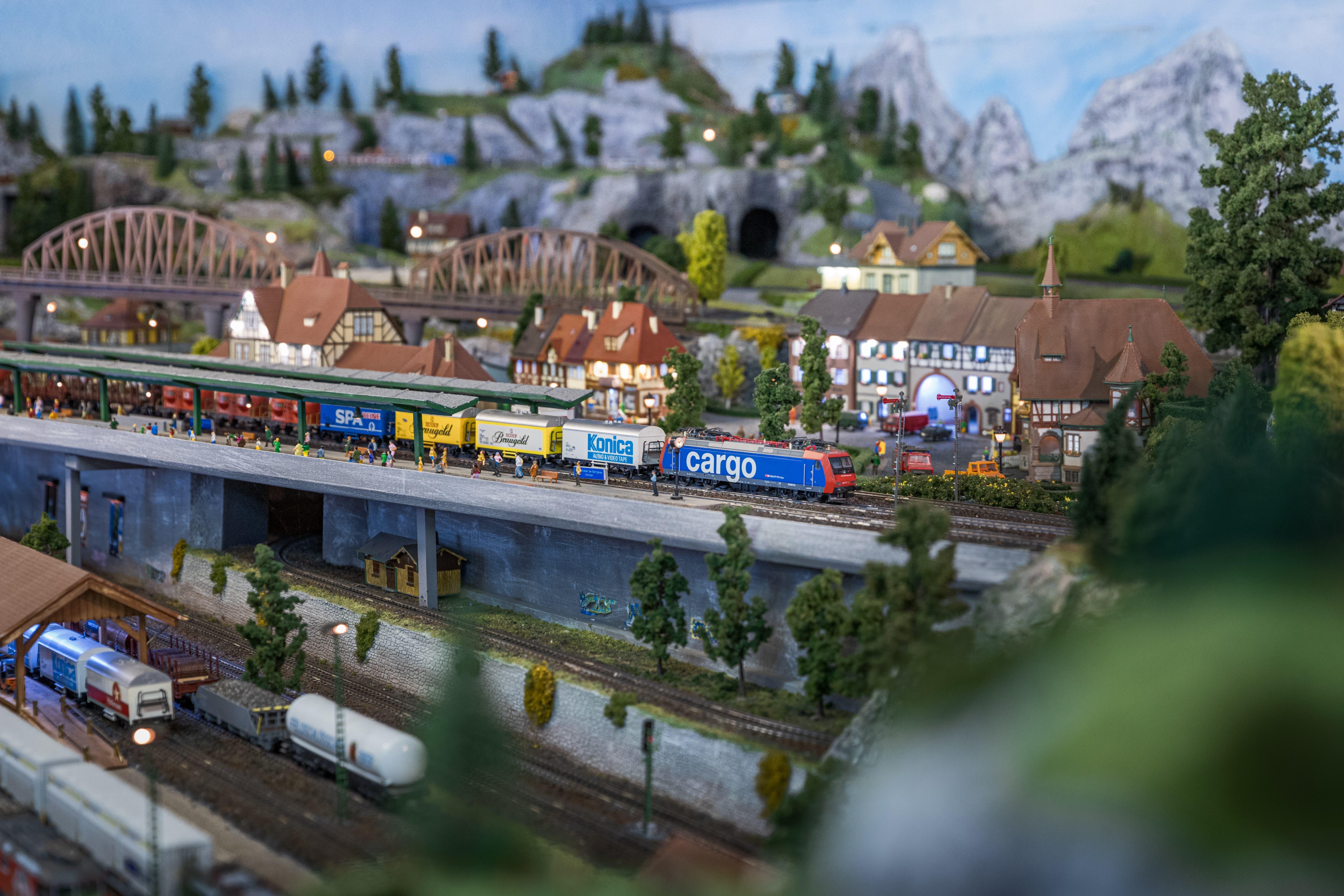 25 Züge fahren auf den insgesamt 260 Meter langen Gleisen.