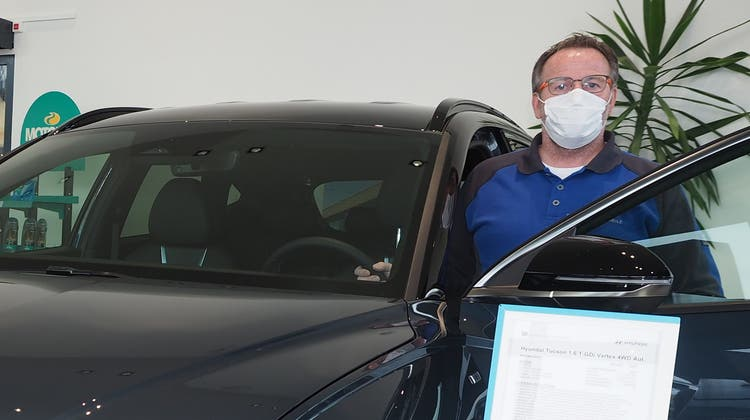 Martin Daniel, Geschäftsleiter von Daniel Automobile in Mumpf, präsentiert mit dem Tucson ein neues Modell der Marke Hyundai. (Bild: Hans Christof Wagner)