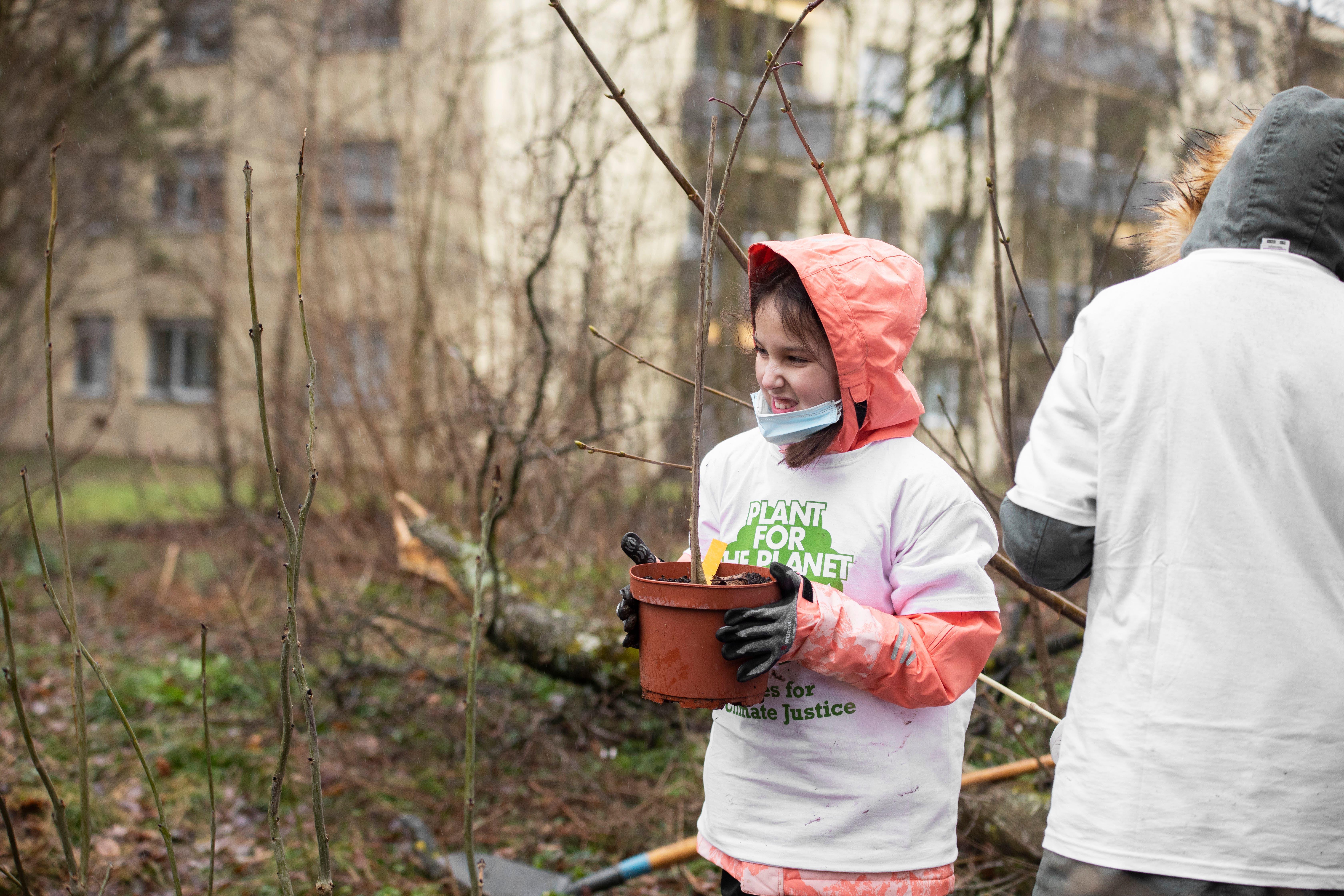 Einen Beitrag an die Zukunft: Die Schülerinnen und Schüler sind mit Elan am Pflanzen.