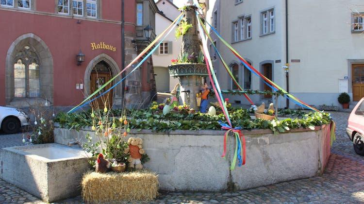 Auch der Brunnen am Laufenburger Laufenplatz wird zu Ostern bunt dekoriert. (Dieter Deiss (Laufenburg, 24. März 2018))