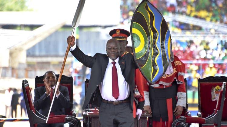 Der frühere Präsident Tanzanias, John Pombe Magufuli, bei seiner Amtseinführung im Jahr 2015. (Keystone)