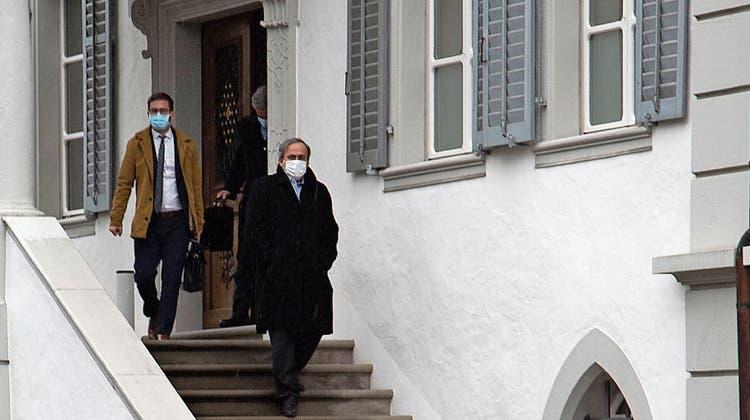 Abstieg vom Rathaus Sarnen: Michel Platini (rechts) mit Anwälten. (Bild: Henry Habegger (Sarnen, 17. März 2021))