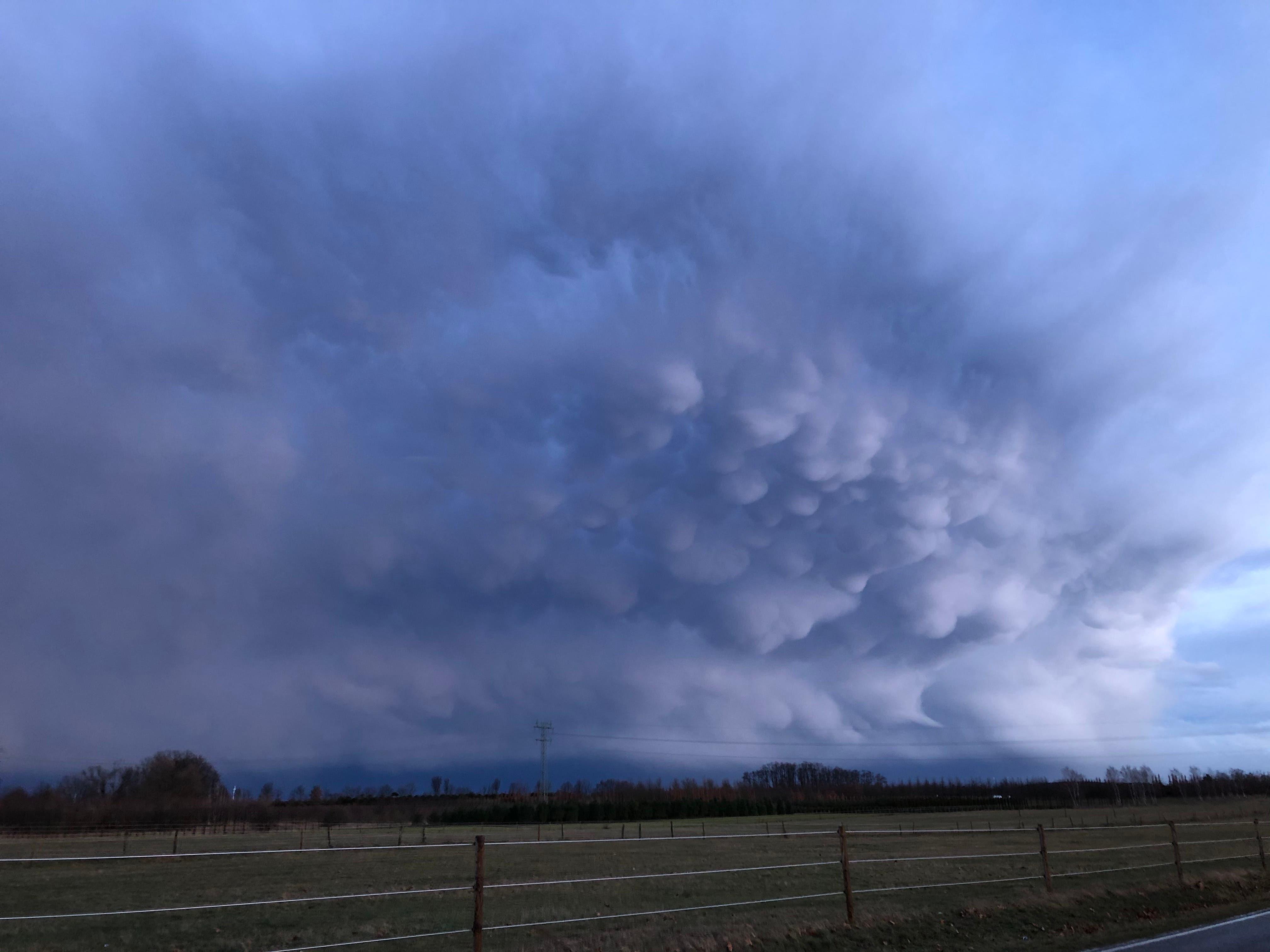 Eindrückliches Wolkenbild über den Feldern.