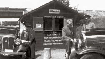 Die Geburt der Touring-Hilfe: Ein Strassenhilfsdienst an einem Grenzübergang, Aufnahme ca. 1934. (TCS)