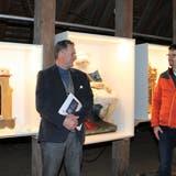 Harald Herrsche (links) und Claudio Senn vom Museum Montlingen vor Ausstellungsexponaten auf dem Dachboden über dem Kirchenschiff der Johanneskirche. (Bild: Cécile Alge)