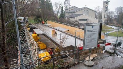 Die Fussgängerbrücke neben der Kirche St.Anton in Luzern wurde am Mittwochum zweiMeter angehoben. Blick vom Weinbergliweg aus. (Bild: Boris Bürgisser (Luzern, 17. März 2021))