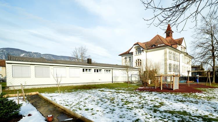 Dieser Pavillon beim Schulhaus 2 muss für neue Klassenräume weichen. (Hans Peter Schäfli / «Solothurner Zeitung»)