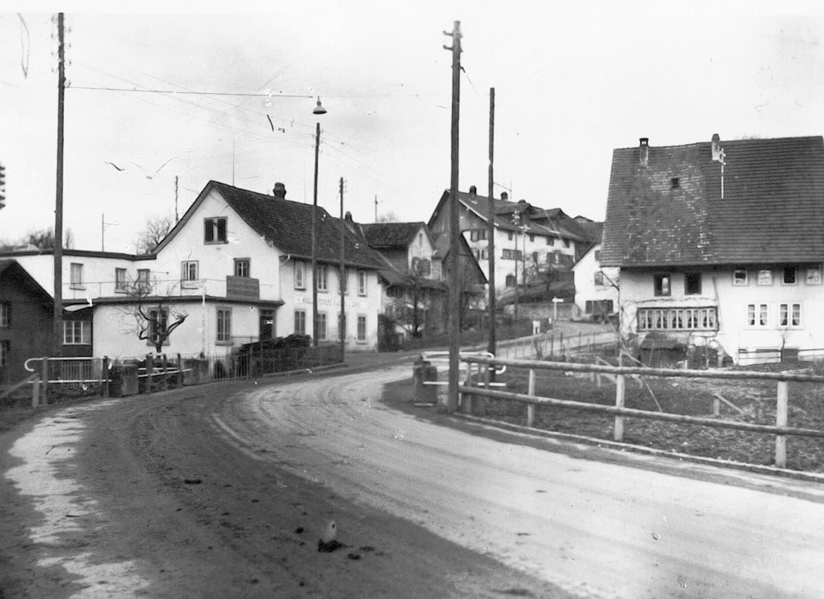Links im Bild zu sehen: Die Schreinerei Gugerli. Nach Schätzungen der Heimatkundlichen Vereinigung Birmensdorf handelt es sich um eine Aufnahme, die um das Jahr 1930 entstanden war.