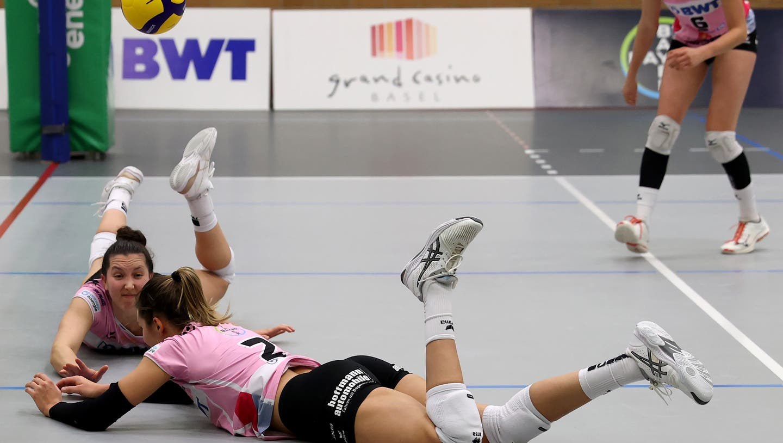 Am Boden zerstört: Die Spielerinnen von Sm'Aesch Pfeffingen können es nicht fassen, dass sie, ohne die Playoff-Serie gegen Düdingen fertig zu spielen, ausgeschieden sind. (Edgar Hänggi)
