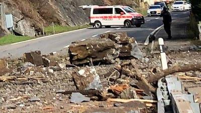 Mehrere grosse Steinbrocken sind auf der Fahrbahn gelandet. (LeserbildBote der Urschweiz)