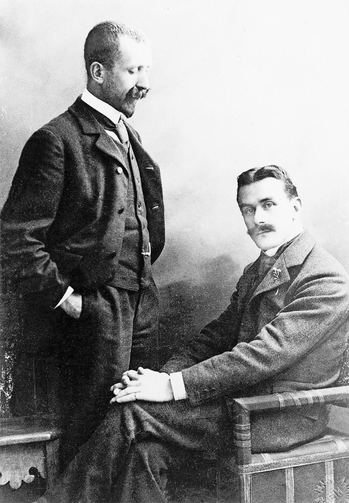 Als Brüder Rivalen: Heinrich Mann (stehend) mit seinem Bruder Thomas, um 1905.