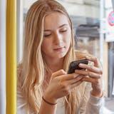 Konnte es noch wichtiger werden, als es schon war? Um das Handy dreht sich unser Leben. Und unsere Sprache. (Bild: Keystone)
