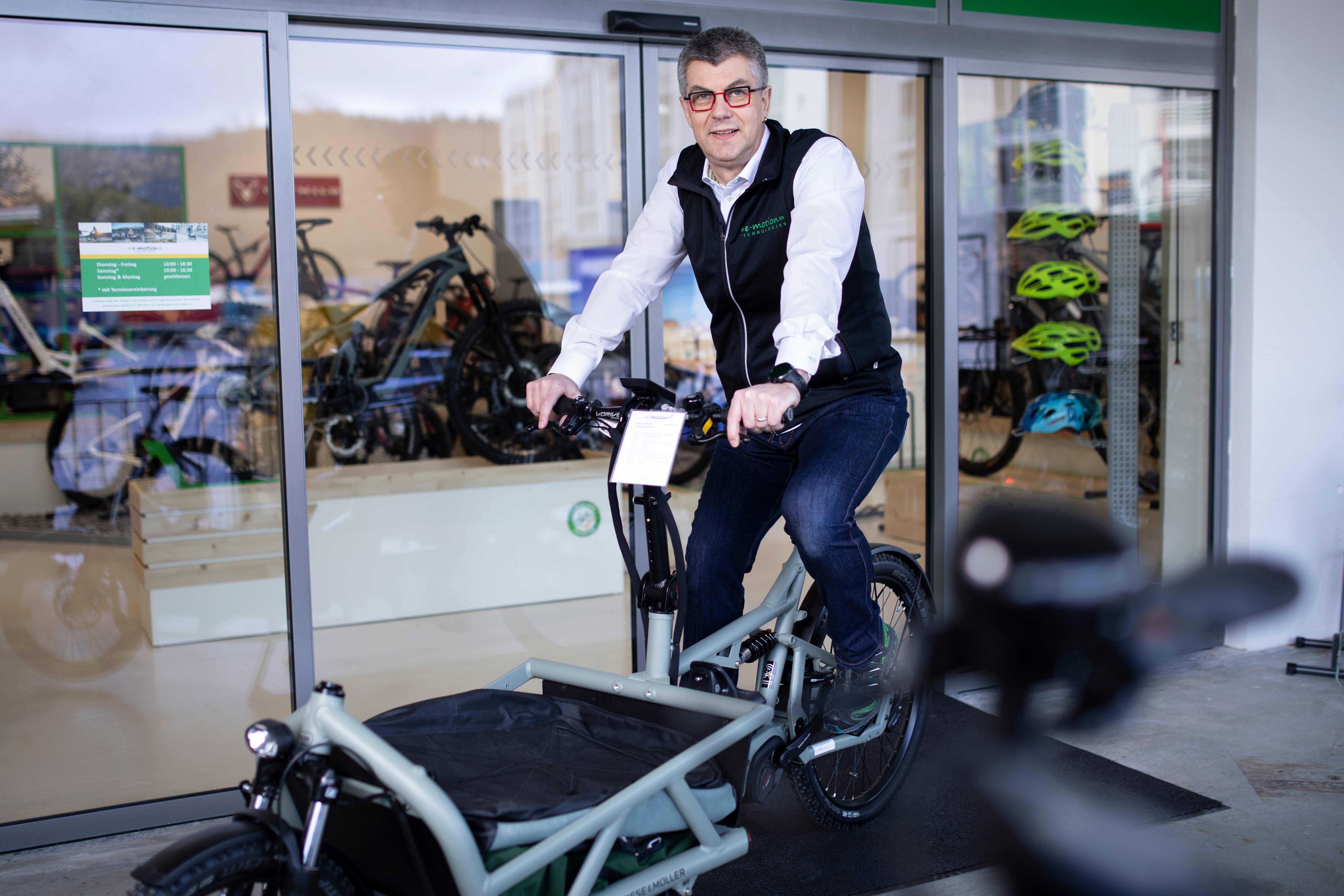 Inhaber Daniel Rey freut sich über den dazugewonnenen Platz am neuen Standort des E-Bike-Geschäfts.
