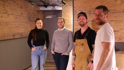 Rahel Widmer, Luca Affolter, Dano Dreyer und Tobias Klasen schuften derzeit hart, damit sie die «Henry's Live Music and Sports Bar» am Badener Schlossbergplatz bald eröffnen können. (Rahel Künzler)