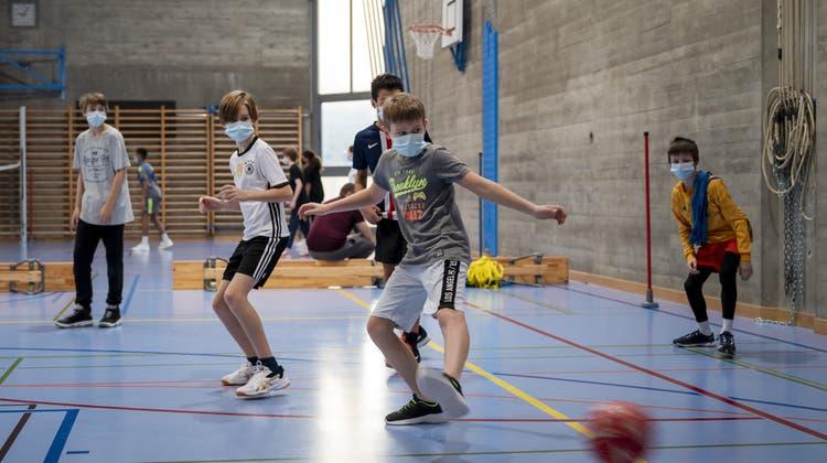 So wie in Allschwil müssen auch im Kanton Luzern ab sofort Schülerinnen und Schüler im Sportunterricht eine Maske tragen. (Bild: Georgios Kefalas / Keystone (21. Januar 2021))