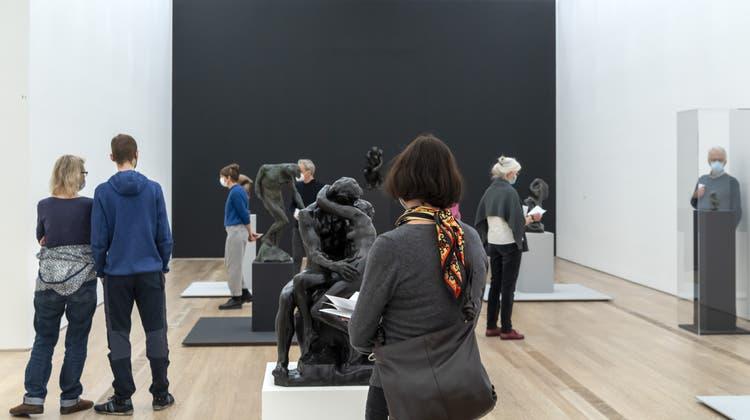 Besucher der Ausstellung «Rodin/Arp» in der Fondation Beyeler. (Georgios Kefalas / KEYSTONE)