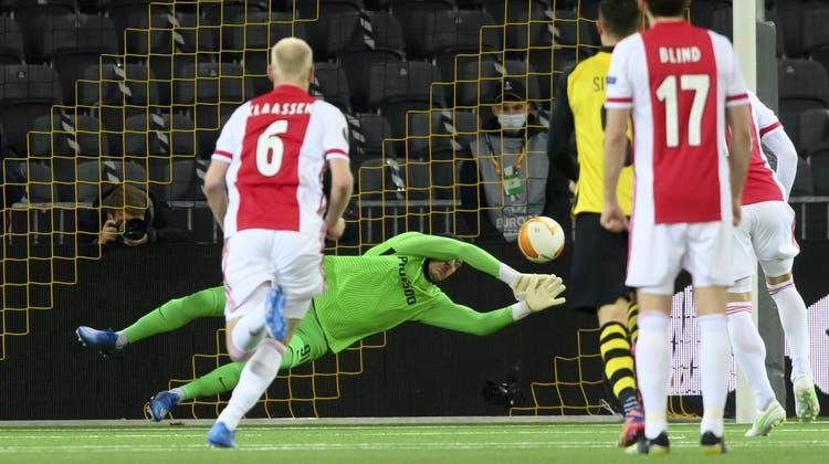YB-Goalie Guillaume Faivre muss sich dem Penalty von Dusan Tadic (nicht im Bild) geschlagen geben: 2:0 für Ajax. (Keystone)