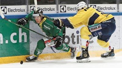 Grosser Einsatz, kleiner Ertrag: Thurgaus kanadischer Stürmer Jonathan Ang kämpft sich an Langenthals Verteidiger Tyler Higgins vorbei . (Mario Gaccioli)