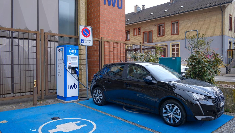Aktuell gibt es in Basel nur eine Handvoll Ladestationen für Elektroautos. (Kenneth Nars)