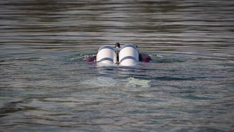 Ingo Schondelmaier und Irene Homberger begeben sich in beheizbarer Kleidung in Trockenanzügen ins Wasser. (Bild: Benjamin Manser)