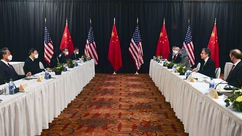 Die amerikanische Delegation um Aussenminister Antony Blinken (zweiter von rechts), gegenüber die Vertreter Chinas: Eisige Stimmung in Anchorage, Alaska. (Frederic J. Brown / AP)