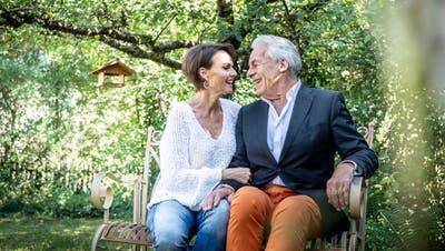 Pepe Lienhard mit seiner Frau Christine in ihrem Garten in Frauenfeld. (Bild: Andrea Stalder)