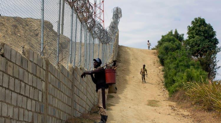 Im Bau: Die Mauer zwischen der Dominikanischen Republik und Haiti. (AP)