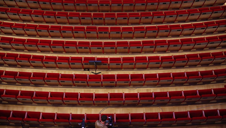 Auftritt vor Streamingkamera statt Publikum. (Thanassis Stavrakis / AP)