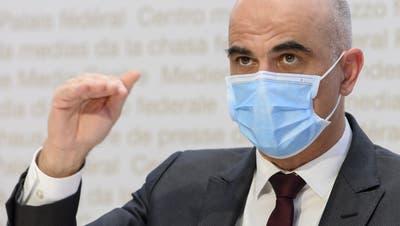 Bundesrat Alain Berset spricht an der Medienkonferenz zu den neuesten Massnahmen zur Bewältigung der Coronapandemie. (Bild: Anthony Anex/Keystone (Bern, 19. März 2021))