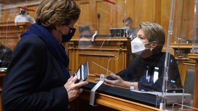 Ida Glanzmann-Hunkeler (links) tauscht sich mit Bundesrätin Karin-Keller-Sutter aus. (Bild: Anthony Anex / Keystone (Bern, 9. März 2021))