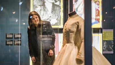 Regierungsrätin Laura Bucher vor einem Kleid der englischen Königin Victoria. (Bilder: Michel Canonica)