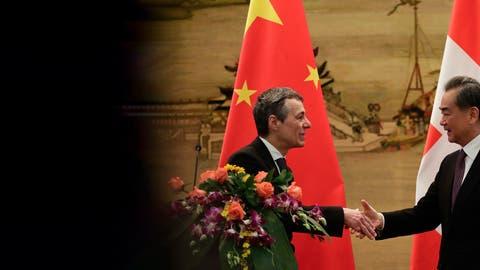 Hinter verschlossenen Türen übe man auch deutliche Kritik an China, sagt Aussenminister Ignazio Cassis – hier 2018 zu Besuch bei seinem Amtskollegen Wang Yi in Peking. (Andy Wong/AP)