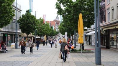 Nach dem ersten Lockdown im Frühling 2020 wurden viele Wiler Geschäfte überrannt. Hier: Fussgänger an der Oberen Bahnhofstrasse. (Bild: Dinah Hauser)