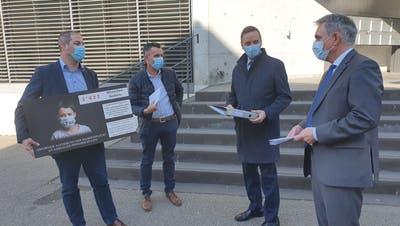 Steven Schraner und Robert Blarer übergeben die Petition gegen Maskenpflicht an der Primarschule an Gesundheitsdirektor Jean-Pierre Gallati und Bildungsdirektor Alex Hürzeler (von links). (Fabian Hägler)
