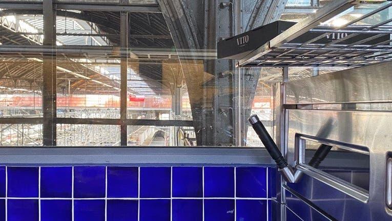 Von der Backstube aus kann man direkt auf die Gleise schauen. (Bild: Facebook / Vito)