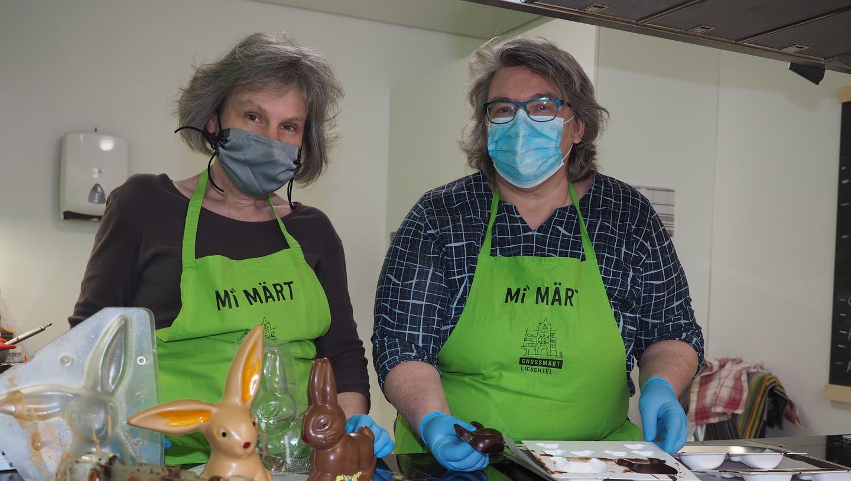 Karin Bendel (rechts) und Susanne Schudel  betreiben in Hellikon «Crea Chocolat». (Hans Christof Wagner  / Aargauer Zeitung)