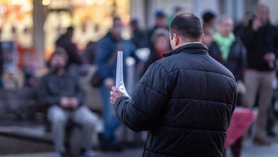 Am Montagabend haben sich auf dem Marktplatz in Weinfelden knapp 80 Leute versammelt, um für ein sofortiges Ende des Lockdowns einzustehen, unter anderem auch Kantonsrat Oliver Martin von der SVP. (Bild: Andrea Stalder)