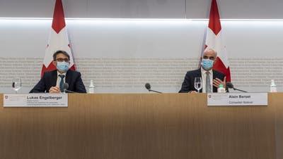 In der Krise müssen Bund - im Bild rechts Bundesrat Alain Berset - und Kantone - links der Basler Regierungsrat Lukas Engelberger - Hand in Hand arbeiten. (Alessandro Della Valle / KEYSTONE)