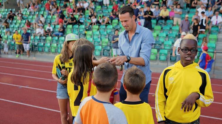 Da schauten die Junioren der Old Boys noch zum FCB auf: Marco Streller gibt beim Cupspielauf der Schützenmatte Autogramme. (Bild: G. Esposito/EQ (Basel, 17.8.2013))