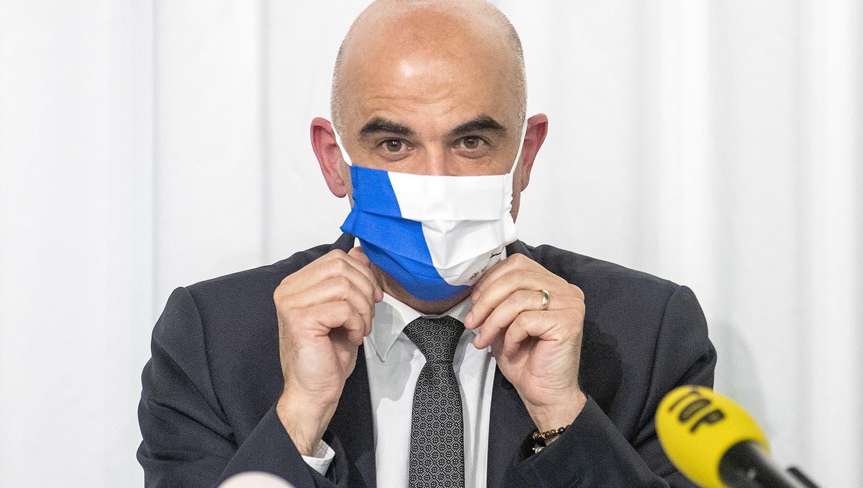 Als Geschenk überreichte Natalie Rickli dem Gesundheitsminister eine Maske mit dem Zürcher Kantonswappen. (Keystone)