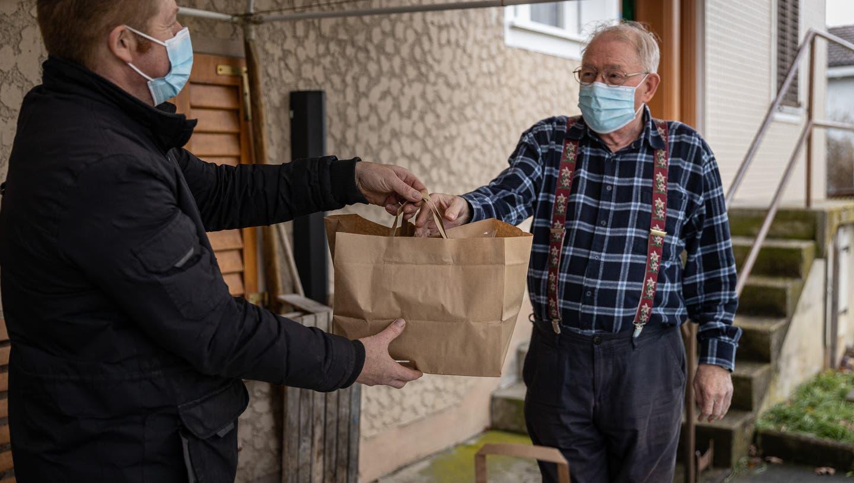 Seinen Hauslieferdienst und auch das Take-Away hält «Löwen»-Wirt Pitsch Wyrsch (links) weiterhin aufrecht. Dazu kommt nun die Betriebskantine für Arbeiter. (Chris Iseli (08.12.2020))