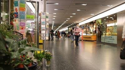 Im Metro Shop in Baden herrschte vor einem Jahr fast schon eine gähnende Leere – seit Montag haben hier wieder viele Läden geöffnet. (Bild: Philipp Zimmermann)