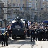 Laut Polizei waren mehrere tausend Menschen in der Innenstadt unterwegs und missachteten bei dem nicht angemeldeten Demonstrationszug die Anweisungen der Behörden. (Swen Pförtner / dpa)