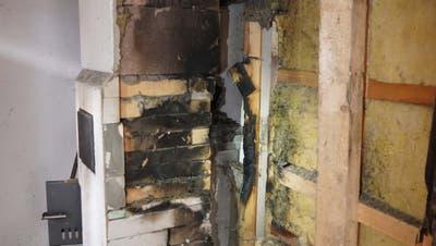 Die Holzkonstruktion hinter dem rissigen Kachelofen musste entfernt werden. (Bild: Kantonspolizei Uri.)