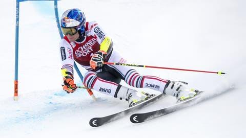 Alexis Pinturault gewinnt den Riesenslalom in Lenzerheide und damit an seinem 30. Geburtstag erstmals den Gesamtweltcup. (Jean-Christophe Bott / KEYSTONE)