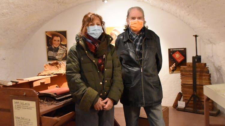 Kunstpädagogin Irene Bush und Künstler Kurt Rosenthaler genossen die Ausstellung zum Weltgeschichtentag. (Bild: Horatio Gollin / Aargauer Zeitung)
