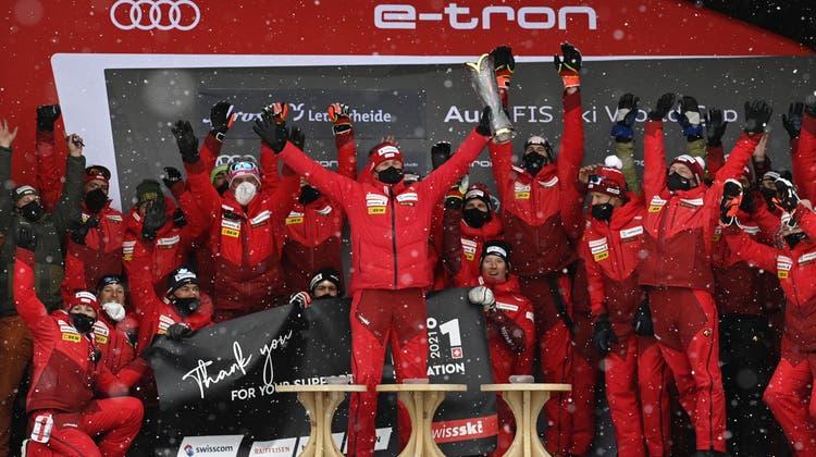 Swiss-Ski-Präsident Urs Lehmann (Mitte) feiert in Lenzerheide mit Trainern und Athleten den Gewinn der Nationenwertung. (Gian Ehrenzeller / KEYSTONE)