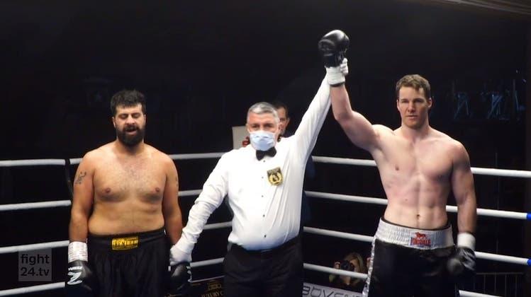 Runde 1:Rauf Tofighzadeh(links) kassiert von Stefan Rumpold harte Schläge und geht zu Boden. (Screenshot fight24.tv)